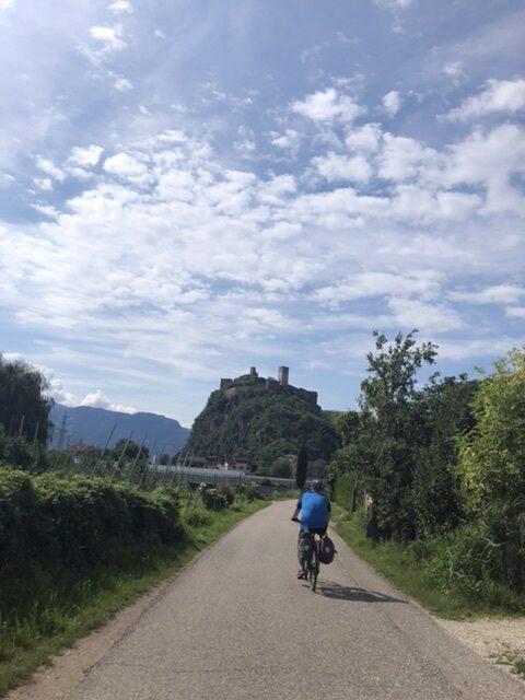 Ein schönes Fahren mit Burgen und Schlössern vor den Augen