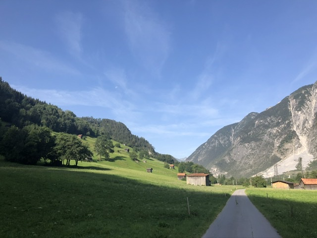 strahlend blauer Himmel in Österreichs Alpen