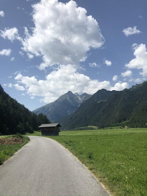 Eine idyllische Hütte vor einem Bergpanorma