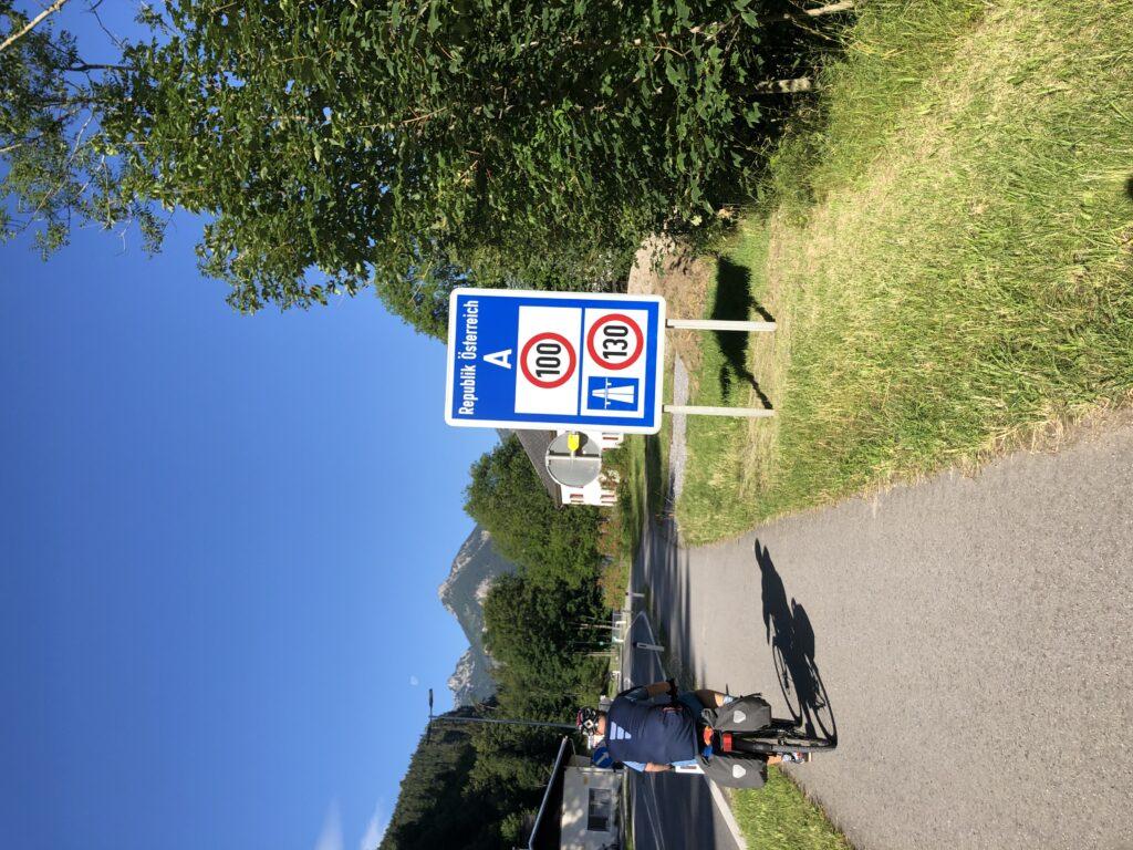 Wir passieren das Grenzschild nach Österreich