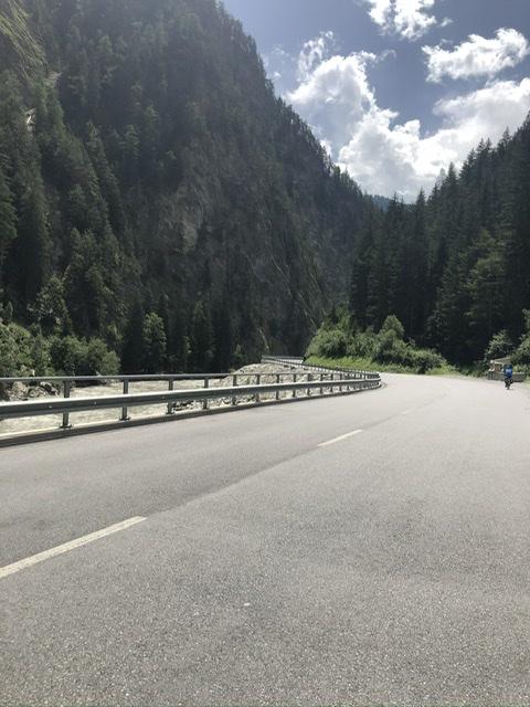 Breite Straße in den Alpen
