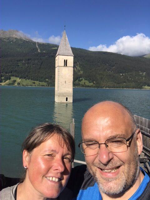 Ein beliebtes Panorama auch für uns: Daniela und ich vor dem versunkenen Kirchturm