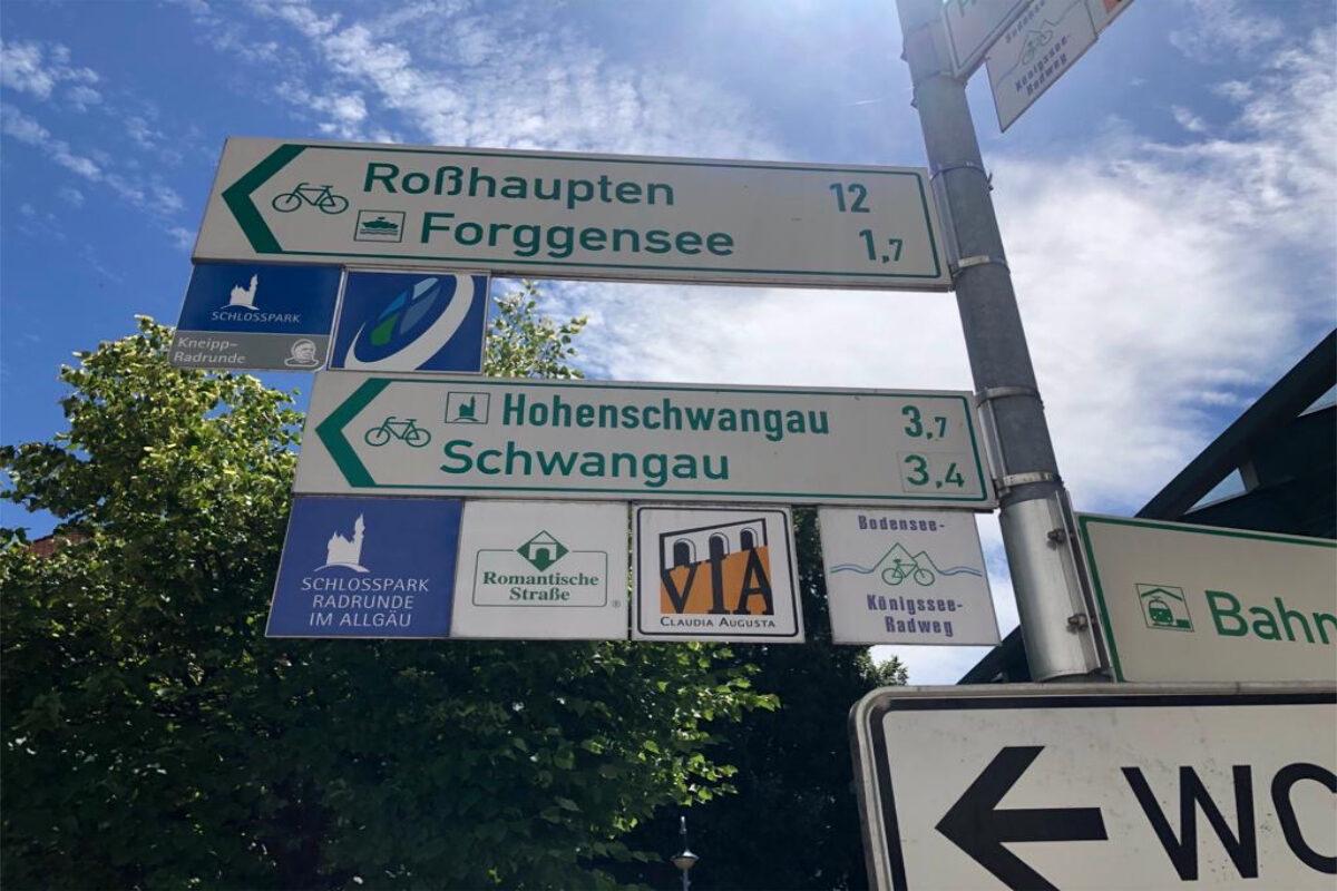 Schild mit Fahrradwegen sind wichtig