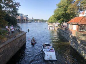 Der Lübecker Hafen mit Booten und kleinen Schiffen